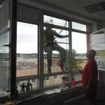 Aplikace exteriérové okenní folie horolezeckou technikou