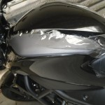 Čirá ochranná fólie na motorku
