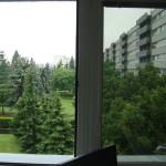 Aplikace exteriérové folie PR40 na okna kanceláře – srovnání propustnosti světla