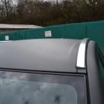 Aplikace černé karbonové 3D autofolie na střechu vozu včetně sloupků