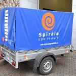 Aplikace reklamní grafiky na plachtu přívěsného vozíku