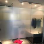 Stříbrná a zlatá translucentní (průsvitná + neprůhledná) folie na skleněnou stěnu