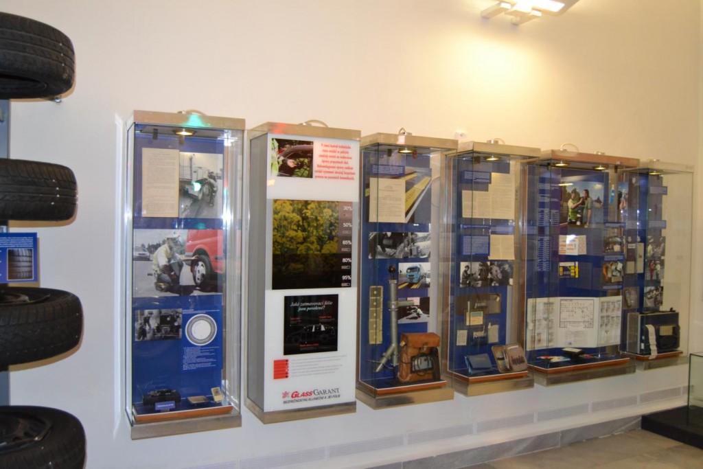 Expozice okenních autofolií v Muzeu policie
