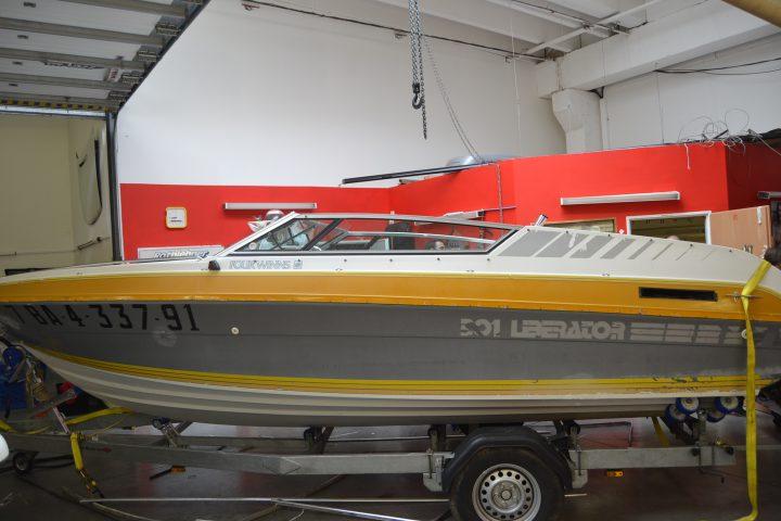 Motorový člun před renovací původní barvy, zdroj: glassgarant.cz